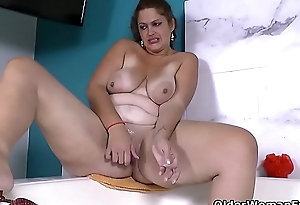 Latina BBW milf Sandra needs connected with put someone down in bath
