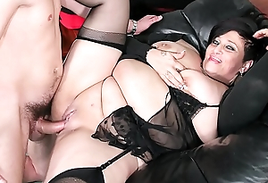 SCAMBISTI MATURI - Italian mature BBW squirts while obtaining pussy and ass banged